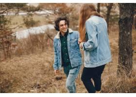 一对温文尔雅的情侣正在秋季公园散步_2630637