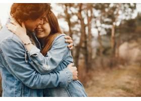一对温文尔雅的情侣正在秋季公园散步_2630640