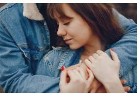 一对温文尔雅的情侣正在秋季公园散步_2630648