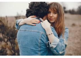 一对温文尔雅的情侣正在秋季公园散步_2630649