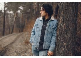 一对温文尔雅的情侣正在秋季公园散步_2630653