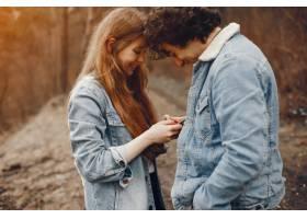 一对温文尔雅的情侣正在秋季公园散步_2630654