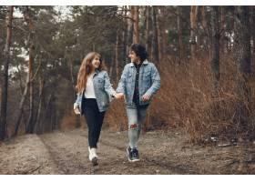 一对温文尔雅的情侣正在秋季公园散步_2630655