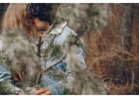 一对温文尔雅的情侣正在秋季公园散步_2630657