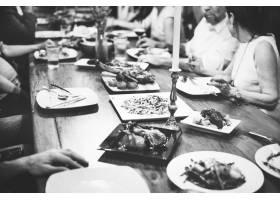 一群形形色色的朋友在一起共进晚餐_2895157