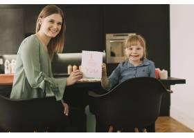 与孩子们在纸上绘画的母亲节概念_2065772