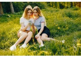 两个年轻漂亮的女孩金发闪闪发亮穿着裙_2612323
