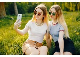 两个年轻漂亮的女孩金发闪闪发亮穿着裙_2612324