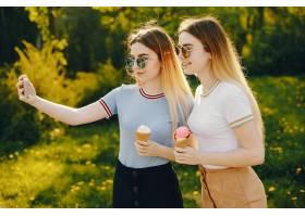 两个年轻漂亮的女孩金发闪闪发亮穿着裙_2612325