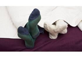 一对夫妇在床上盖着脚的特写镜头_3157184
