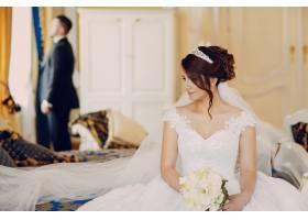 一个穿着黑色西装的漂亮年轻人和他的新娘站_2528631