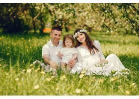 一个身着白色长裙的怀孕漂亮女孩和她的男朋_2534542