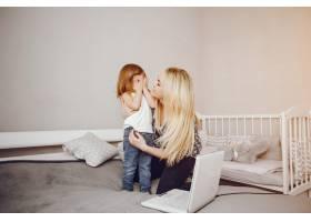 一位年轻漂亮的母亲带着她的小女儿在家里玩_2533979