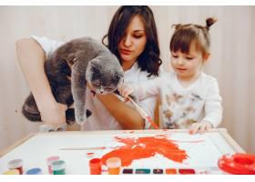 一位年轻的母亲和她的小女儿在纸上作画_2529147