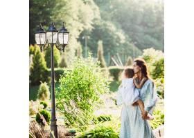 一名妇女亲吻站在灯笼前的女儿_1617278