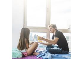 一名男子早上给他的女儿送早餐_2618144