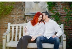 一名红发女子穿着白色上衣和她的男朋友坐在_2611442