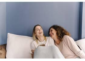 笑着的女人在浏览智能手机_2209813