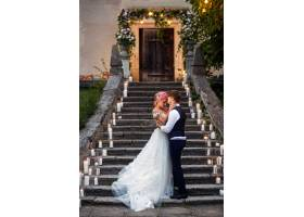 粉色头发的新娘和时尚的新郎站在脚下手持_1621134