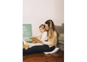 美女带着女儿在地上看书_2925006