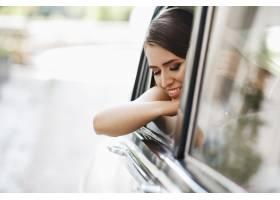 美女新娘坐在复古车里捧着结婚花束玩得开心_2612763
