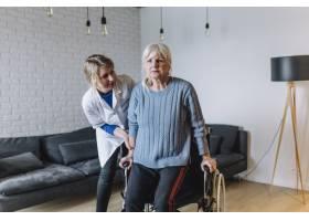 老人院里的妇女坐着轮椅_2014260
