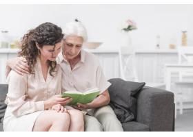 老年妇女和女儿在家一起看书_2698391