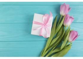 花卉母亲节组合礼物旁边有玫瑰花_1950202