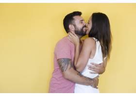 黄色背景上的情侣接吻_3053381