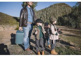 父亲带着孩子在铁路上_1925820