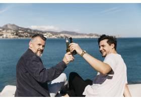 父亲节的概念父子俩在海上用啤酒干杯_2288512