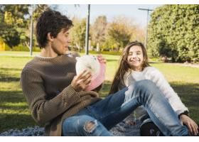父女俩在公园里一起玩耍_2573111