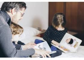 父女俩在床上看书_1550366