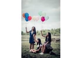 快乐团友们手持五颜六色的气球_2524821