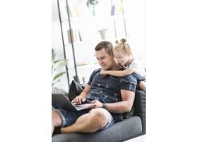 快乐的父女俩在家里用笔记本电脑_2667090