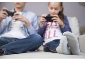 模糊的兄弟姐妹玩电子游戏和使用智能手机_2041326