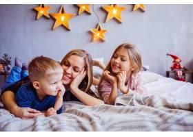 母亲儿子和女儿躺在床上_2438000