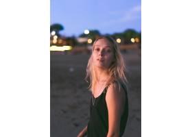 日落时海滩上的人们_2440502