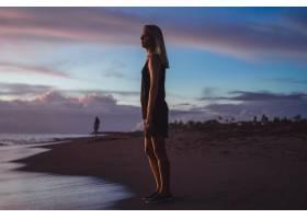 日落时海滩上的人们_2440503