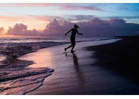 日落时海滩上的人们_2440504