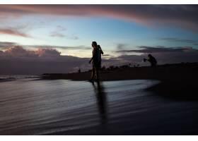 日落时海滩上的人们_2440505
