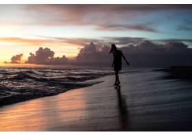 日落时海滩上的人们_2440506