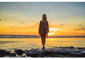 日落时海滩上的人们那个女孩在落日的背景_3064208