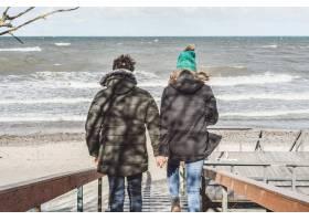 来自寒冷波罗的海的年轻夫妇_1537369
