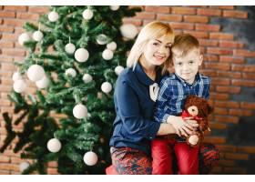 母亲带着儿子欢度佳节_1533530
