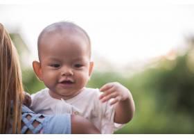 妈妈抱着宝宝在公园里欢笑嬉戏_2523607