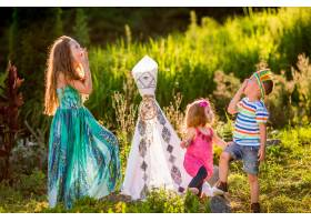 孩子们像美国原住民一样在田野上的绿草地上_2612641