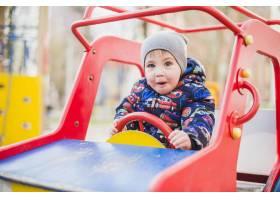 孩子们在外面的操场上玩耍_2349547