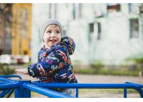 孩子们在外面的操场上玩耍_2349549