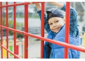孩子们在外面的操场上玩耍_2349555